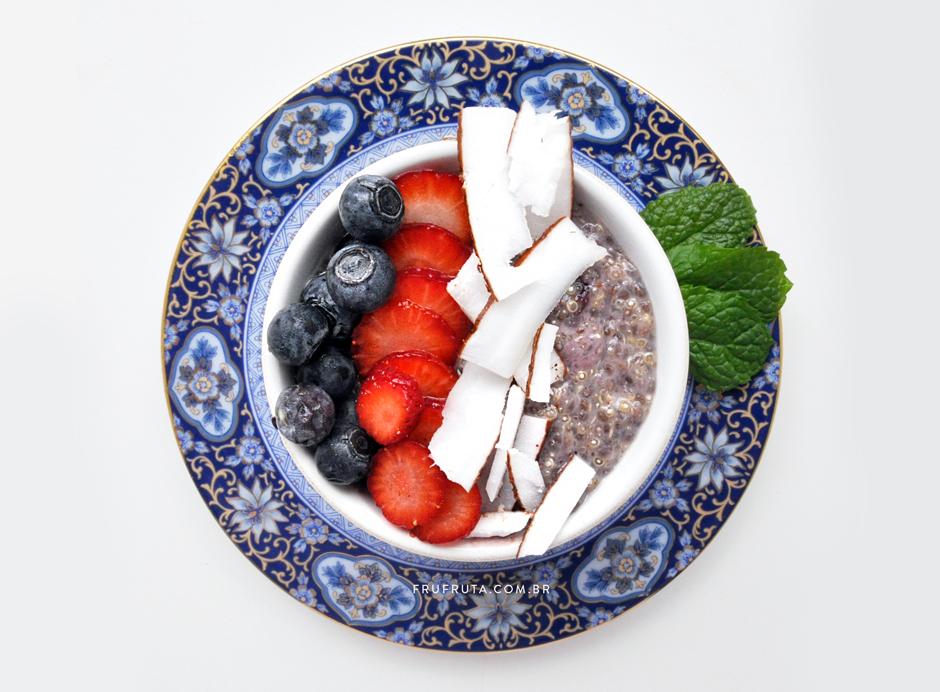 Mingau de Quinoa, Chia e Frutas Vermelhas - Para um Café da Manhã Super Saudável!