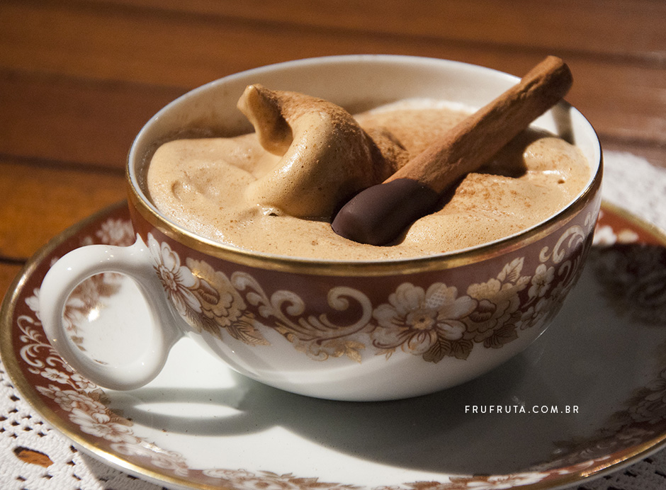 Merengue de Café (ou capuccino de batedeira) - A espuma que vai transformar seu café com leite. E é vegana! | Receita | Pati Bianco | Fru-fruta